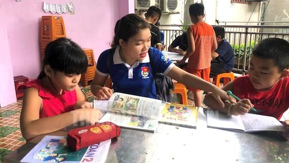 Gia sư áo xanh - một hoạt động tình nguyện nhận được nhiều sự quan tâm của phụ huynh và học sinh TPHCM. Ảnh: TIỂU TÂN