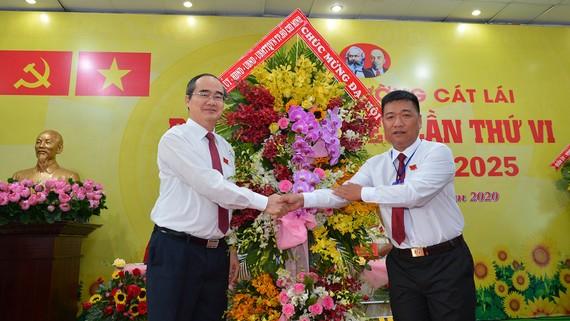 Bí thư Thành ủy TPHCM Nguyễn Thiện Nhân tặng hoa chúc mừng  Đại hội Đảng bộ phường Cát Lái (quận 2). Ảnh: VIỆT DŨNG