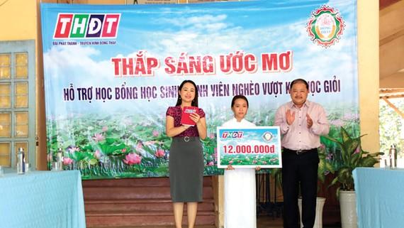 """Trao học bổng """"Thắp sáng ước mơ"""" giúp học sinh vượt khó học tập tại xã Phương Trà, huyện Cao Lãnh"""