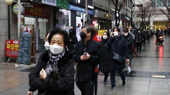 Người dân xếp hàng để mua khẩu trang tại một cửa hàng bách hóa tại Seoul, Hàn Quốc ngày 28-2. Ảnh: Getty Imanges