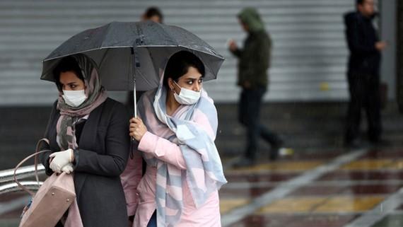 Người dân đeo khẩu trang tại thủ đô Tehran của Iran hôm 27-2. Ảnh: Reuters