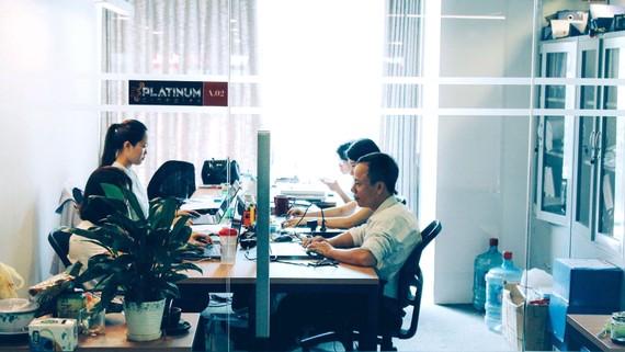 Tại các co-working space, nhiều bạn trẻ làm thêm đến 8 giờ, 9 giờ tối