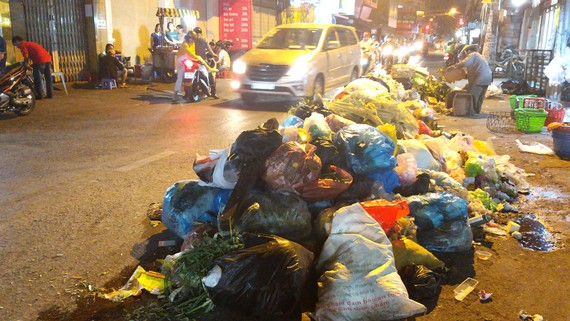 Rác đổ chất đống ra đường