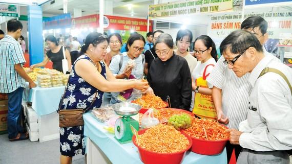 Khách hàng chọn mua sản phẩm tại Hội nghị kết nối cung - cầu hàng hóa giữa TPHCM và các tỉnh, thành tổ chức năm 2019. Ảnh: CAO THĂNG