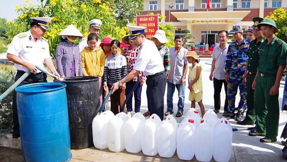 Hải đoàn 129 cấp nước ngọt cho người dân Bến Tre