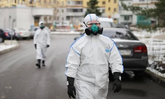 Nhân viên y tế làm nhiệm vụ khử trùng tại Moscow , Nga khi tổng số người tử vong do Covid-19 trên toàn cầu đã gần 53.000 ca. Ảnh: TASS