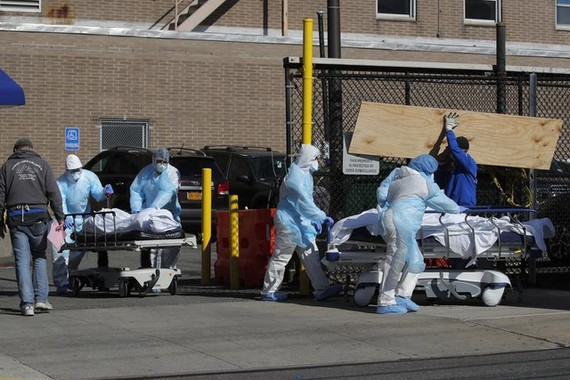 Nhân viên y tế đưa thi thể bệnh nhân qua đời ra khỏi bệnh viện Wyckoff Heights ở Brooklyn, New York, Mỹ hôm 6-4. Ảnh: Reuters