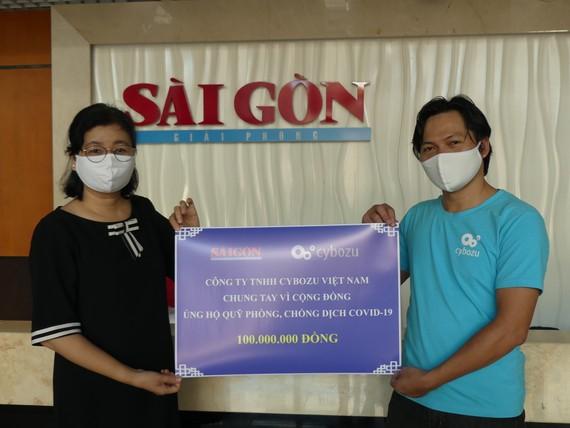 Bà Lý Việt Trung, Phó Tổng Biên tập Báo Sài Gòn Giải Phóng, tiếp nhận bảng trao tượng trưng đóng góp của Công ty TNHH Cybozu Việt Nam ủng hộ công tác phòng chống dịch Covid-19