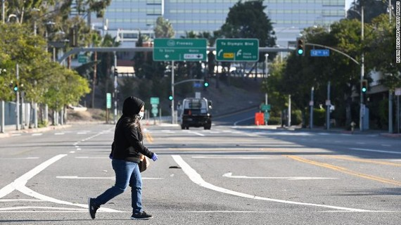 Một phụ nữ băng qua một đường vắng Los Angeles, Mỹ. Ảnh: GETTY IMAGEStại