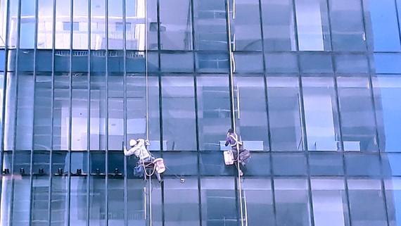 Trong việc thi công các công trình cao ốc cần thực hiện đầy đủ  quy định pháp luật về biện pháp an toàn lao động. Ảnh: MINH THẢO
