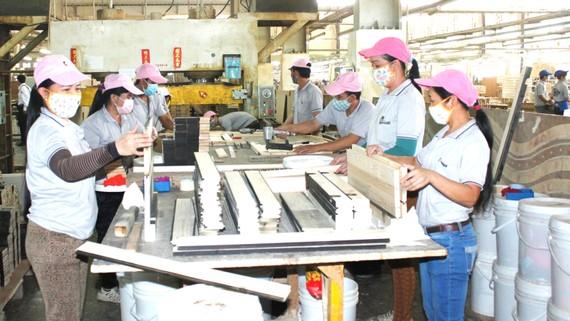 Công nhân Công ty Kaiser Việt Nam,  Khu công nghiệp Mỹ Phước trong quá trình sản xuất