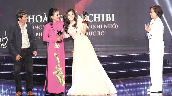 Hoàng Yến Chibi (phải) tại Lễ trao giải Cánh diều 2019