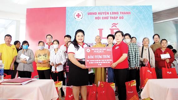 Bà Nguyễn Thu Thủy - đại diện Vedan trao bảng tượng trưng 4 căn nhà  cho đại diện Hội Chữ thập đỏ huyện Long Thành, tỉnh Đồng Nai