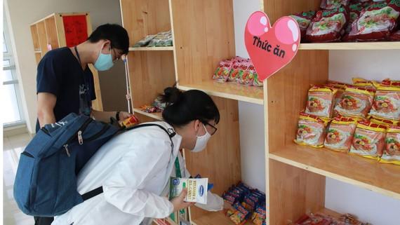 Sinh viên Trường Đại học Y Dược TPHCM nhận nhu yếu phẩm  tại Góc sẻ chia do Đoàn trường thành lập