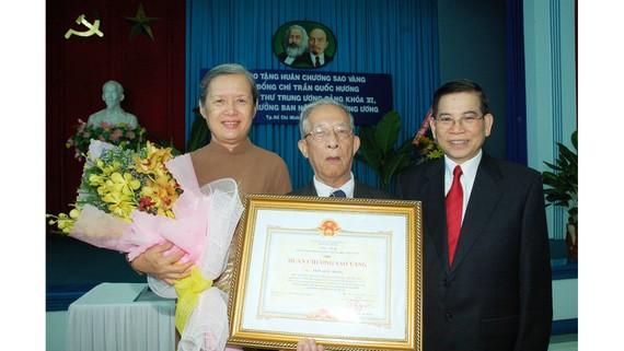 Đồng chí Trần Quốc Hương nhận Huân chương Sao Vàng  do Đảng và Nhà nước trao tặng năm 2006. Ảnh: VIỆT DŨNG