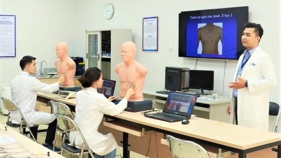 Sinh viên ngành y khoa TrườngĐH Y Dược TPHCM trong giờ học thực hành