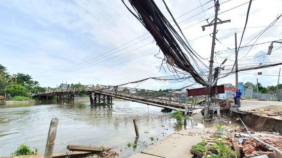Mố cầu Rạch Cam trên đường tỉnh 918, phường Long Hòa, quận Bình Thủy,  TP Cần Thơ bị sạt lở nghiêm trọng. Ảnh: MINH TRUNG