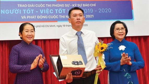 Phó Bí thư Thành ủy TPHCM Võ Thị Dung và Nguyên Phó Bí thư Thành ủy Nguyễn Thị Thu Hà trao giải nhất cho tác giả Dương Minh Anh. Ảnh: VIỆT DŨNG