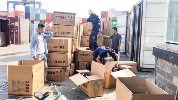Cơ quan chuyên trách kiểm tra container hàng hóa  vi phạm trên địa bàn TPHCM. Ảnh: THI HỒNG