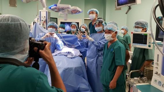 Các bác sĩ vui mừng khi ca phẫu thuật thành công. Ảnh: Bệnh viện Nhi đồng thành phố