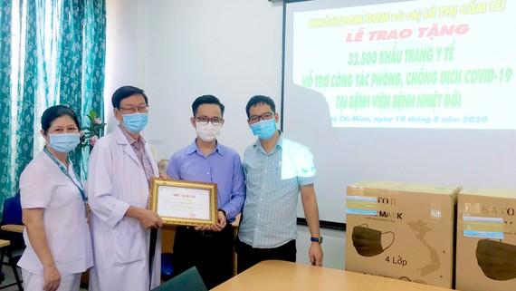 BS CKII Nguyễn Thanh Trường,  Phó Giám đốc Bệnh viện  Bệnh nhiệt đới TPHCM, trao thư cảm ơn đến đại diện nhóm Đom Đóm