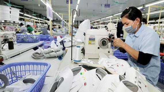 May giày xuất khẩu tại Công ty TNHH hóa dệt Hà Tây, xã Cam Thượng, Ba Vì, Hà Nội. Ảnh: TTXVN