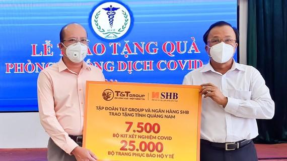 Đại diện Tập đoàn T&T Group và Ngân hàng SHB trao tặng các thiết bị y tế/sinh phẩm cho Ts.Bs. Mai Văn Mười, Phó Giám đốc Sở Y tế tỉnh Quảng Nam (bên phải)