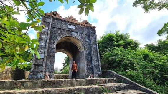 Mẹ Ngùy dưới di tích Hoành Sơn Quan