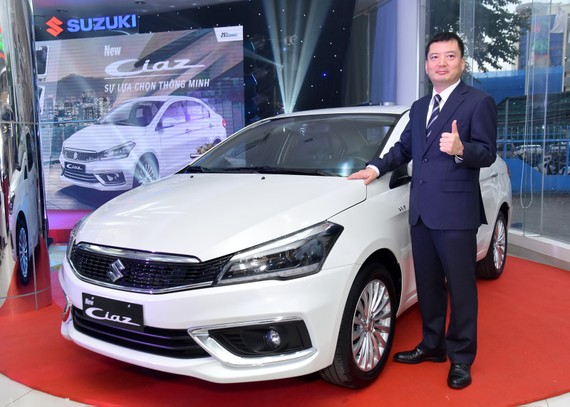 Ông Takahasa - Tổng Giám đốc Việt nam Suzuki đứng cạnh xe Ciaz mới