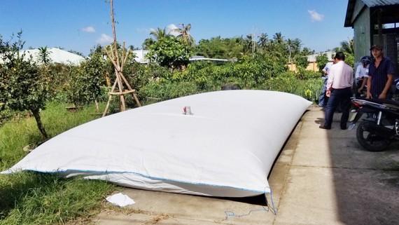 Người dân tỉnh Bến Tre dùng túi ni lông trữ nước ngọt