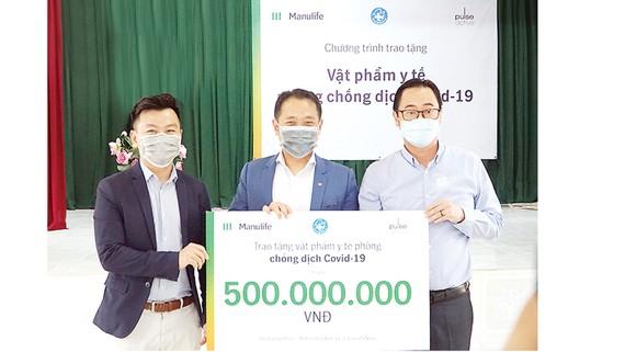 Manulife Việt Nam góp gần 3,5 tỷ đồng vật phẩm y tế chống dịch