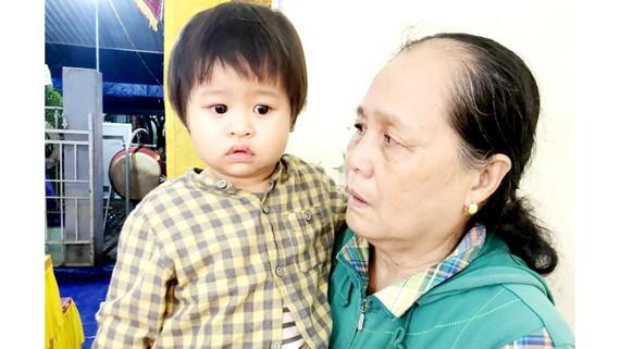 Cháu An Nhiên cùng bà nội