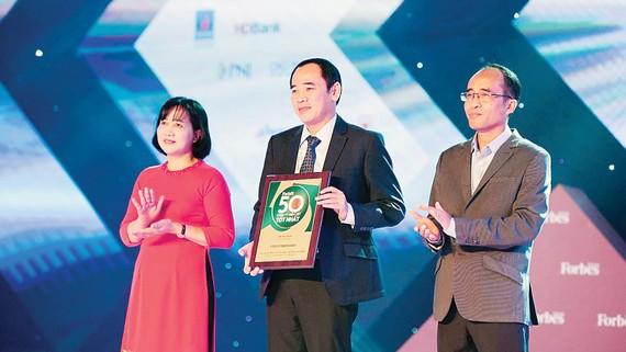 Ông Trương Tấn Lực - Phó Tổng Giám đốc PYMEPHARCO nhận giải thưởng Tốp 50