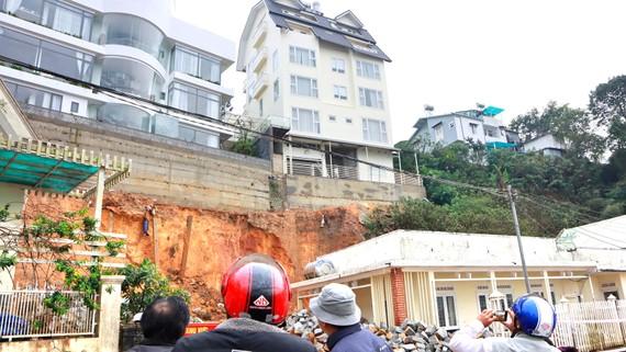 Các công trình xây dựng trên địa hình đồi dốc tại Đà Lạt tiềm ẩn nguy cơ sạt lở. Ảnh: ĐOÀN KIÊN