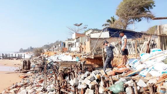 Người dân xã Tiến Thành, TP Phan Thiết nhiều năm gồng mình chống biển xâm thực, hàng chục ngôi nhà bị sóng biển cuốn trôi