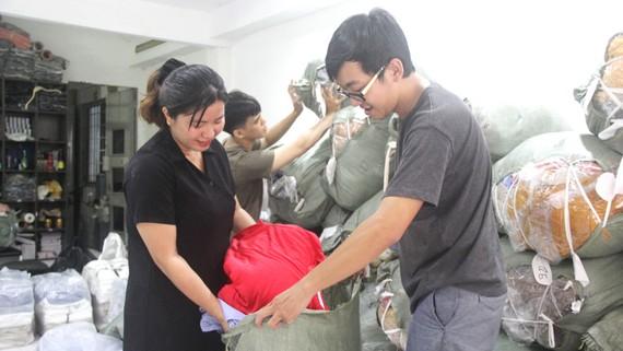 Phương Trang và các bạn trẻ đang sắp xếp áo mới  gửi về miền Trung