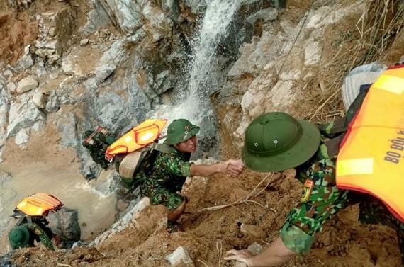 Bộ đội và lượng chức năng vẫn tiếp tục cõng hàng cứu trợ 2 xã Phước Lộc và Phước Thành, huyện Phước Sơn. Ảnh: NGỌC PHÚC