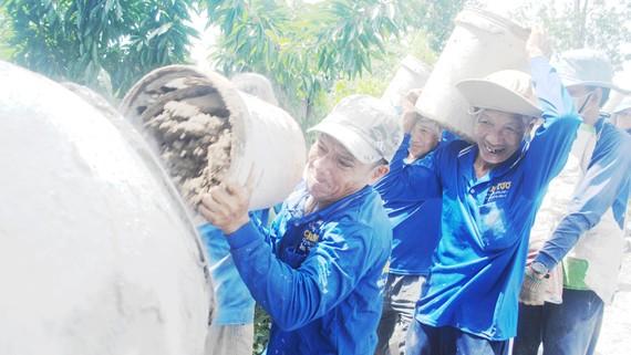 Đội xây cầu thiện nguyện ở huyện Lai Vung, tỉnh Đồng Tháp