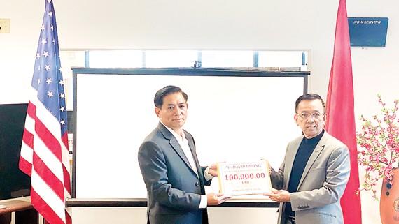 Ông David Dương, Chủ tịch Công ty CWS và VWS (bên phải) trao tặng tiền  để hỗ trợ bà con miền Trung đang gặp khó khăn trong mùa bão lũ