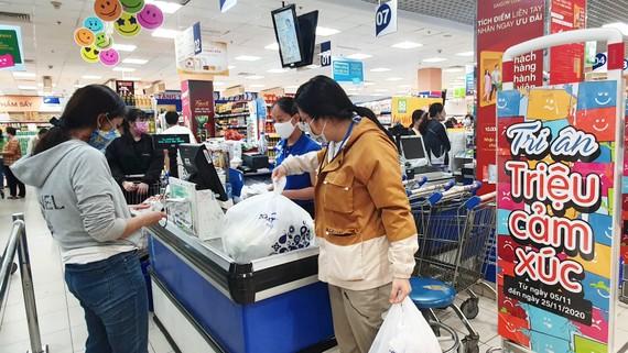 Đầu tuần đông kín khách hàng săn ưu đãi tại siêu thị Co.opmart