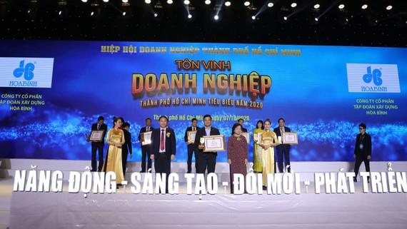 Ông Lê Viết Hiếu - Tổng Giám đốc Tập đoàn Xây dựng Hòa Bình nhận giải thưởng Doanh nghiệp TPHCM Tiêu biểu năm 2020