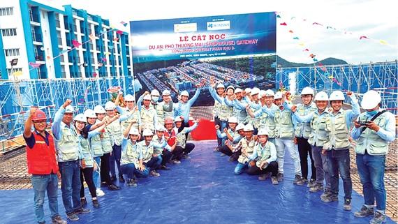 Hòa Bình cất nóc Dự án Phố thương mại - Gateway