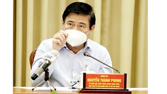 Chủ tịch UBND TPHCM Nguyễn Thành Phong phát biểu chỉ đạo tại cuộc họp. Ảnh: HOÀNG HÙNG