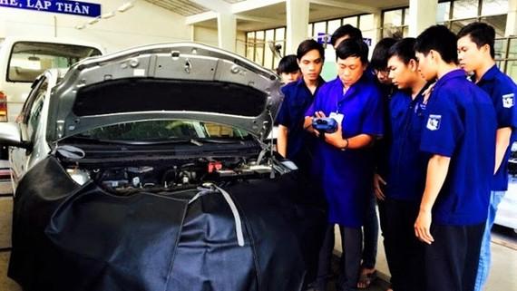 Sinh viên ngành Kỹ thuật ô tô Trường ĐH Sư phạm Kỹ thuật TPHCM trong giờ học thực hành
