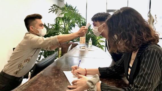 Các bạn đã quen với việc đeo khẩu trang, rửa tay sát khuẩn, đo thân nhiệt nơi công cộng