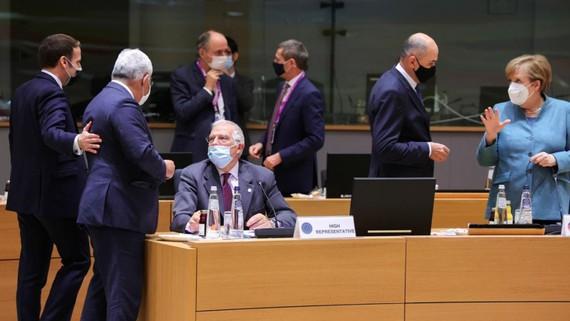 Các nhà lãnh đạo EU thảo luận tại Hội nghị thượng đỉnh EU, diễn ra ở Brussels, ngày 10-12. Ảnh: REUTERS