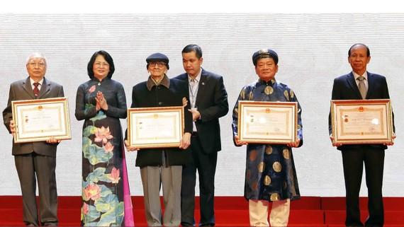 Phó Chủ tịch nước Đặng Thị Ngọc Thịnh với các nghệ nhân nhân dân được vinh danh