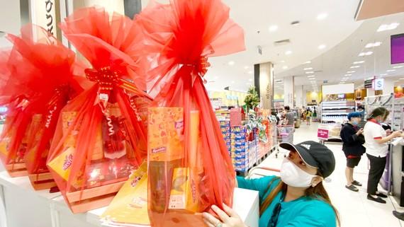 Chọn mua giỏ quà tết tại Aeon Tân Phú, TPHCM. Ảnh: CAO THĂNG