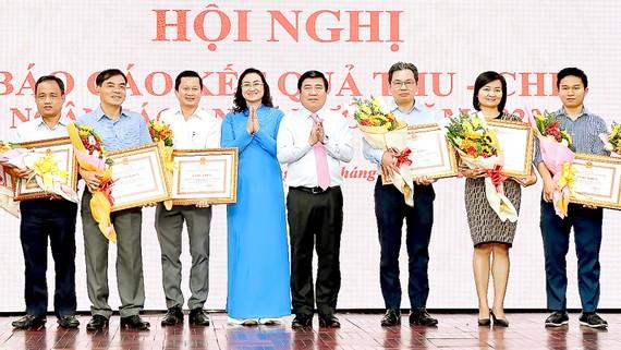 Chủ tịch UBND TPHCM Nguyễn Thành Phong và Phó Chủ tịch UBND TPHCM Phan Thị Thắng biểu dương các doanh nghiệp thực hiện tốt việc nộp thuế. Ảnh: VIỆT DŨNG
