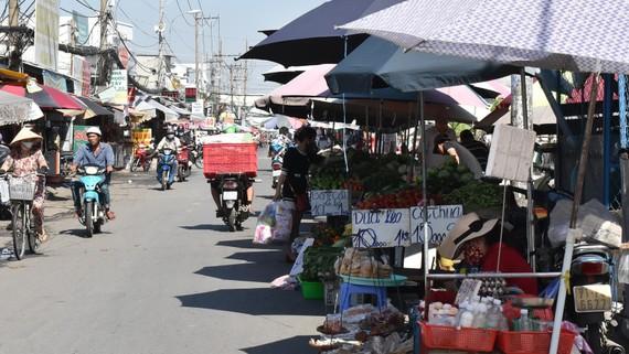 Họp chợ giữa đường